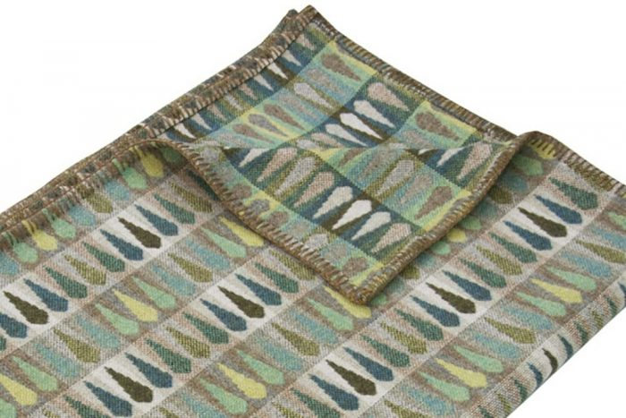 Vibrant green wool throw with leaf pattern Detail
